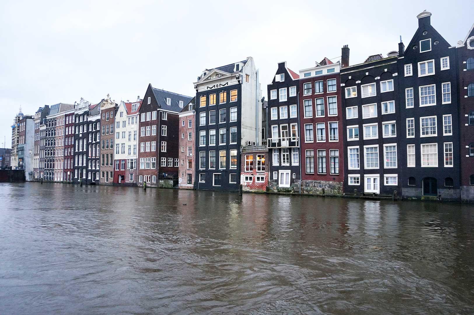 Damrak - Oudebrugsteeg - kanal - evler